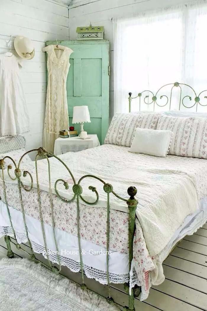 Rustic Brass Bedframe With A Light And Airy Color Scheme #bedroom #vintage #decor #decorhomeideas