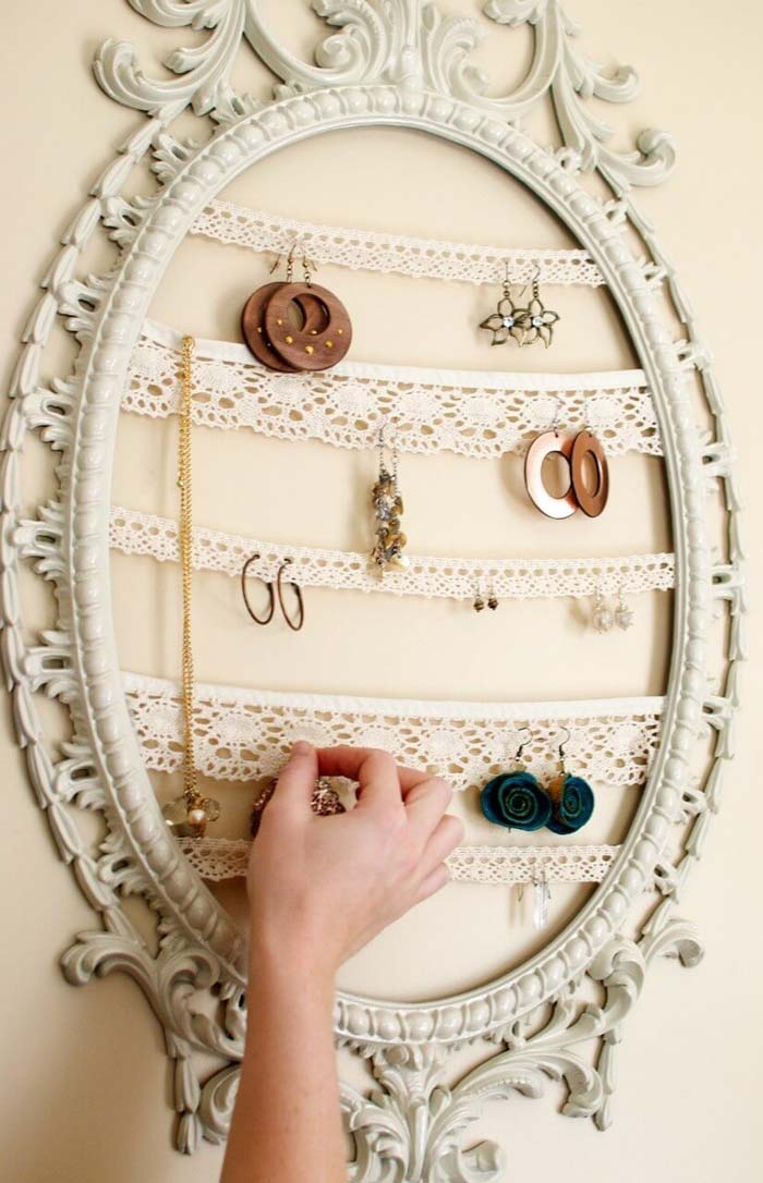 Vintage Frame And Lace Trim Jewelry Organizer #bedroom #vintage #decor #decorhomeideas