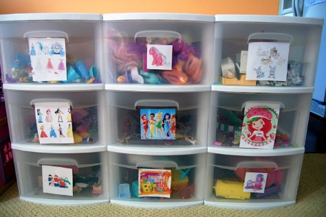 Put Pictures On Plastic Bins So That Children Understand Where To Put Their Toys #organization #storage #home #decorhomeideas