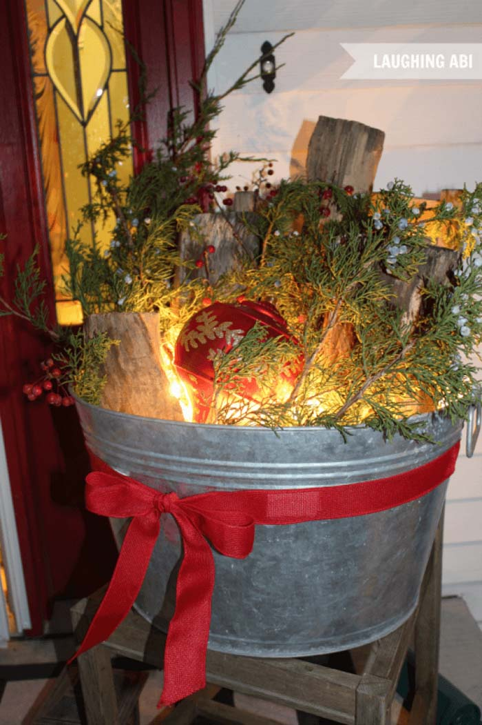 Antique Washtub Christmas Porch Display #Christmas #outdoor #planter #decorhomeideas