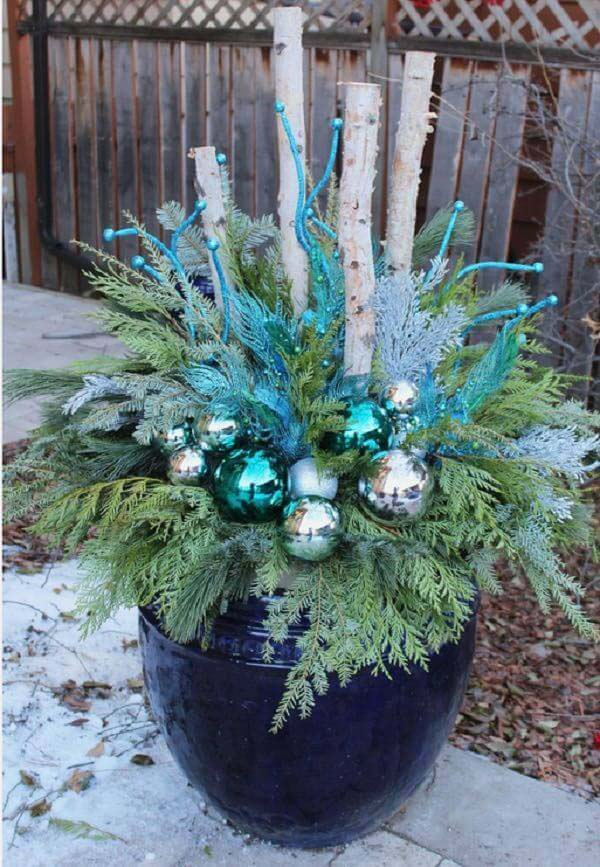 Blue and White Winter Planter #Christmas #outdoor #planter #decorhomeideas