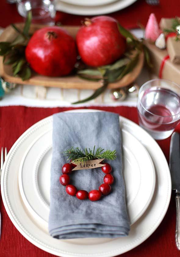 DIY Mini Cranberry Wreath Place Cards #Christmas #minimalist #decor #decorhomeideas