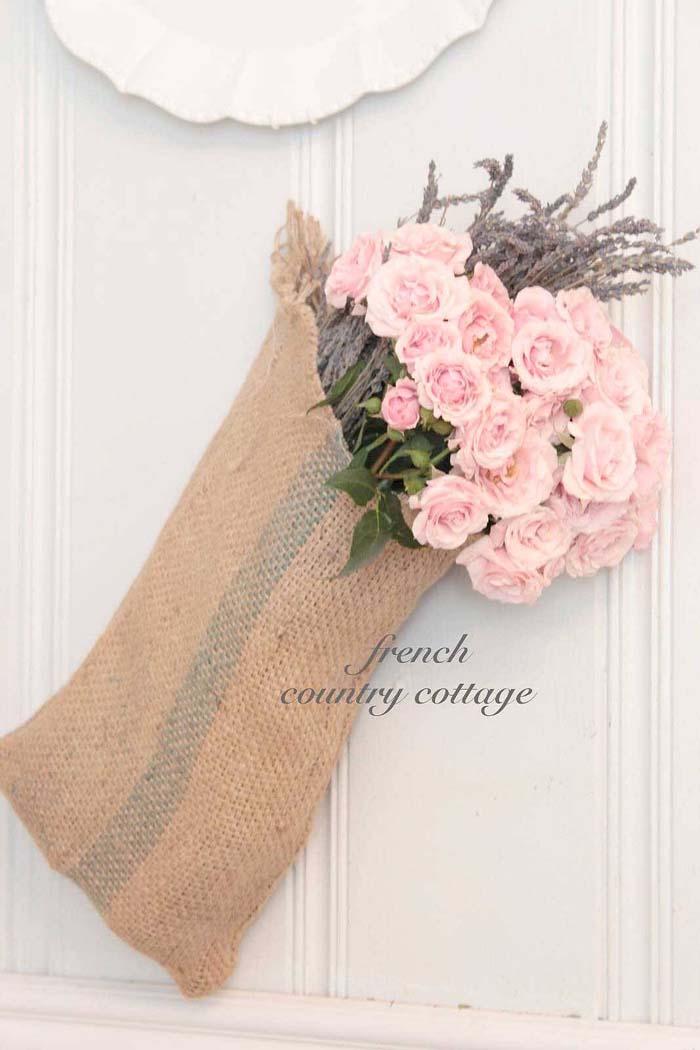 Easy DIY Burlap Sack Bouquet Display #frenchcountry #decor #decorhomeideas
