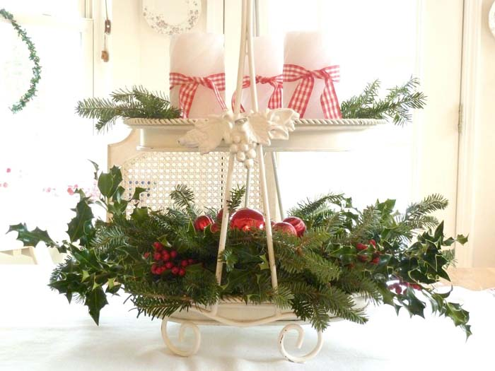 Enameled Tea Tray With Holly And Pine Boughs #Christmas #cakestand #decorhomeideas