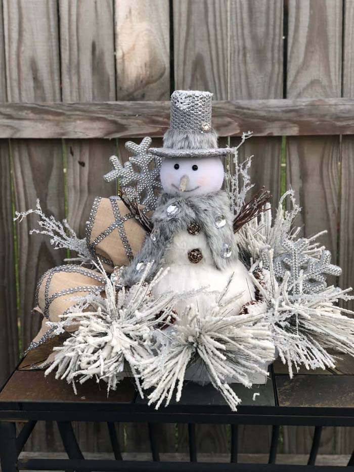 Frosted Snowman Wonderland Silver Wreath #Christmas #silver #decorations #decorhomeideas