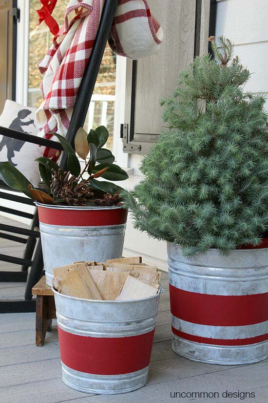 Galvanized Bucket Trio Christmas Display #Christmas #outdoor #planter #decorhomeideas
