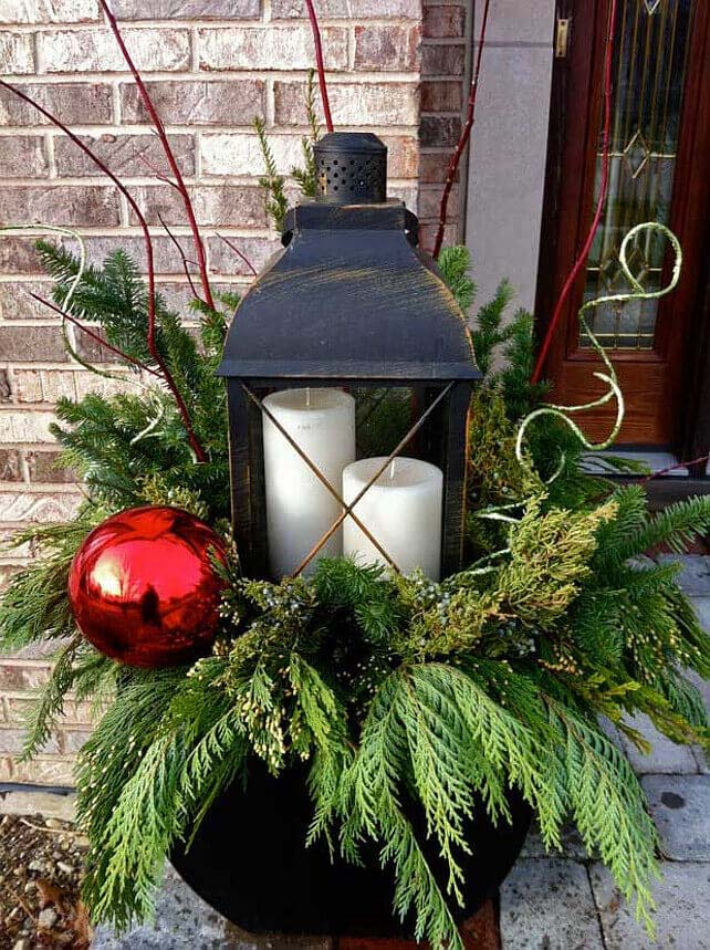 Giant Ornament and Lantern Planter #Christmas #outdoor #planter #decorhomeideas