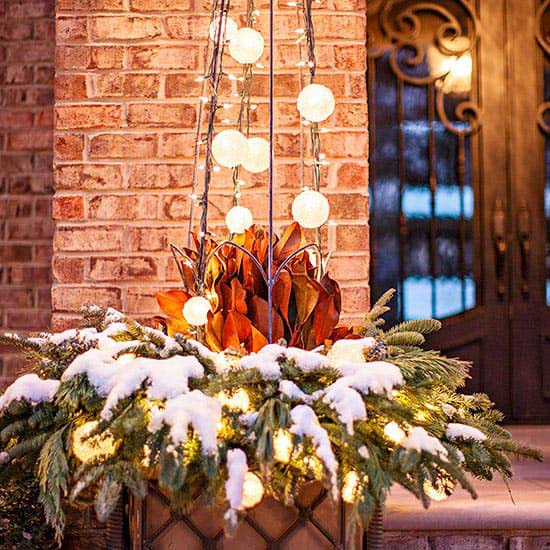 Lighted Outdoor Plant Cage Christmas Tree #Christmas #urns #decorations #decorhomeideas