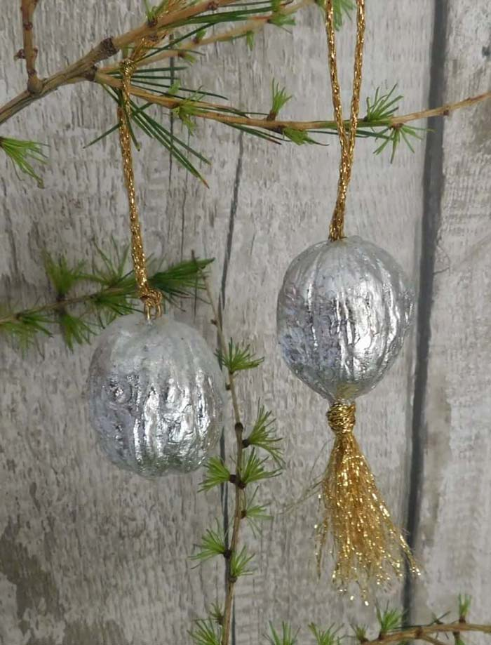 Metallic Crinkled Foil Ball Ornaments #Christmas #silver #decorations #decorhomeideas