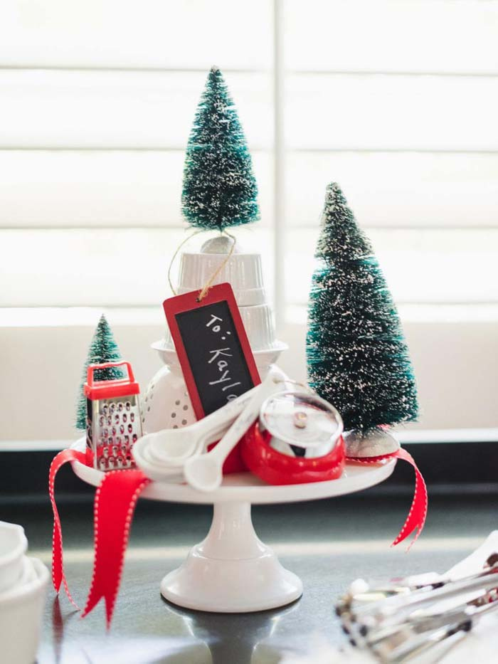 Minimalist Kitchenware Display That Doubles As A Gift #Christmas #cakestand #decorhomeideas