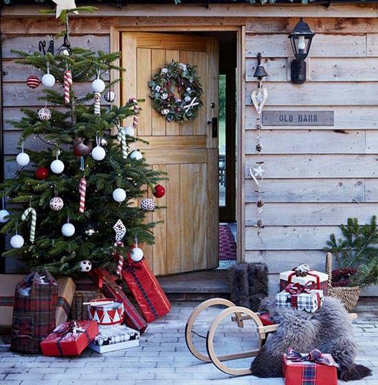 Outdoorsy Globe Ornaments and Candy Canes #Christmastree #outdoor #decorhomeideas