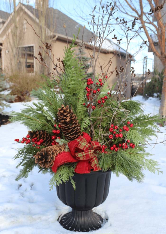 Red and Green Christmas Planter #Christmas #outdoor #planter #decorhomeideas