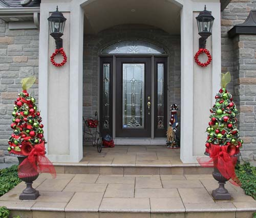 Red and Green Christmas Tree Topiaries #Christmas #urns #decorations #decorhomeideas