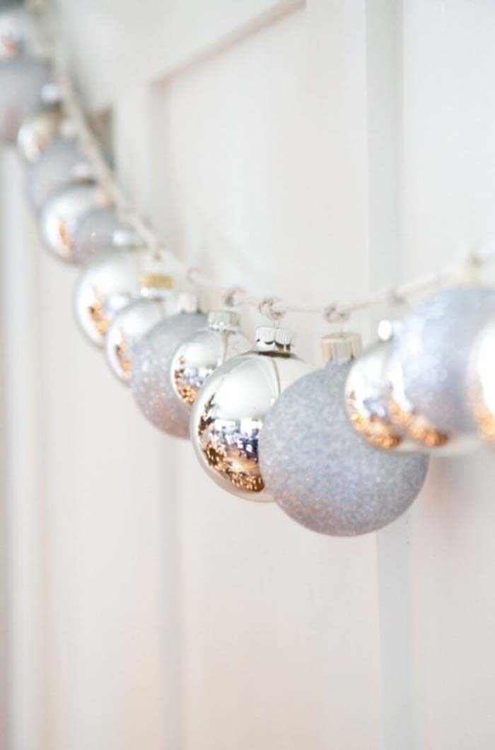Silver Glitter Bauble Holiday Garland #Christmas #silver #decorations #decorhomeideas
