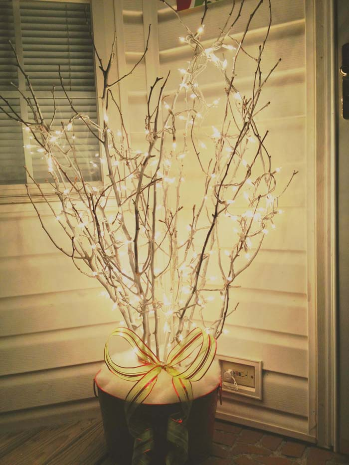 Simple Branches With String Lights #Christmas #outdoor #planter #decorhomeideas