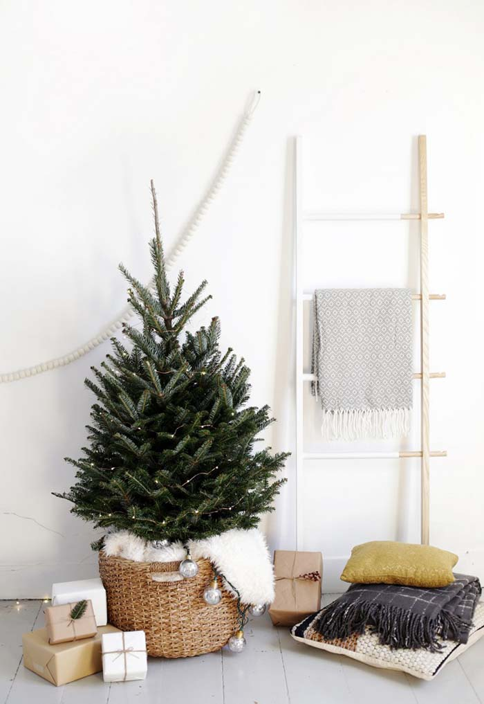 Simple Christmas Tree Display #Christmas #minimalist #decor #decorhomeideas