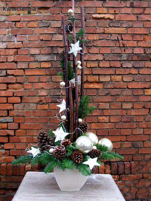 Simple Pinecones and Stars Display #Christmas #outdoor #planter #decorhomeideas