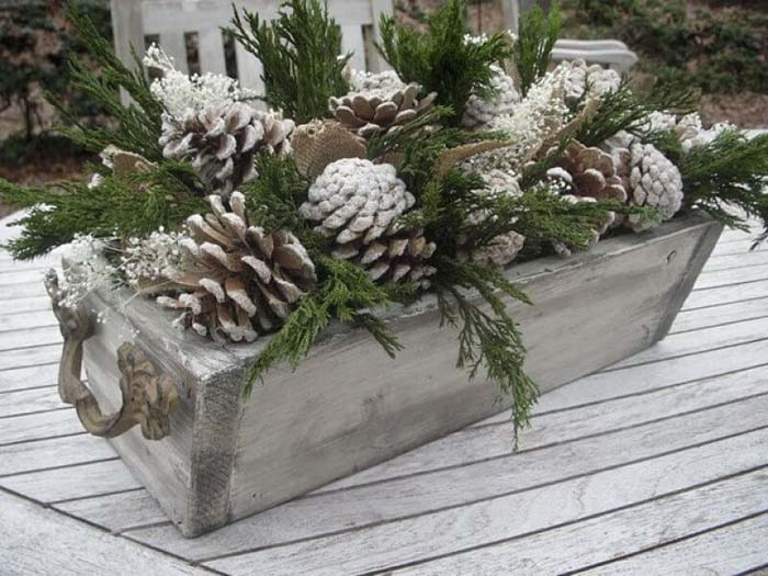 Snowy Pinecone Flower Box Tutorial #Christmas #outdoor #planter #decorhomeideas