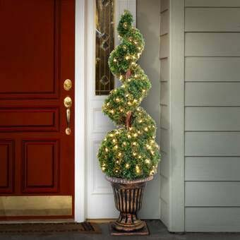 Twisted Christmas Urn Topiary #Christmas #urns #decorations #decorhomeideas