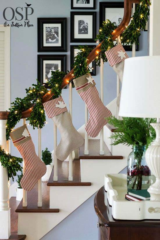 Add Cheer to a Banister #Christmas #style #decorhomeideas