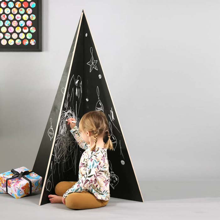 Chalkboard Christmas Tree #Christmas #Christmastree #nontraditional #decorhomeideas