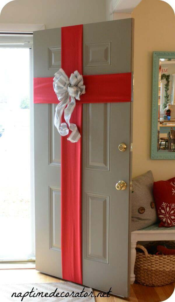 DIY Christmas Craft to Wrap Up Your Front Door #Christmas #crafts #decorations #decorhomeideas
