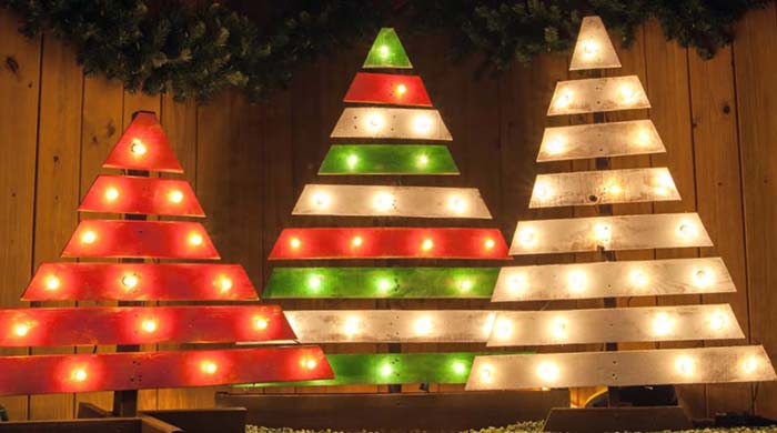 Marquee Light Pallet Christmas Tree #Christmas #Christmastree #pallet #decorhomeideas