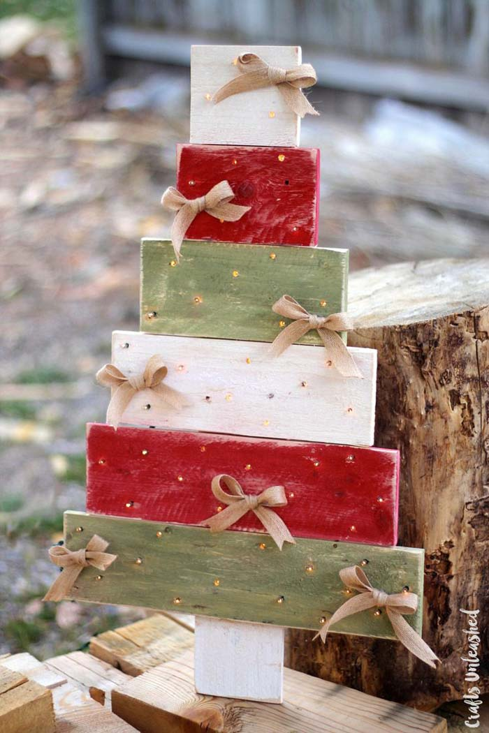 Pallet Wood Christmas Tree with Lights #Christmas #Christmastree #pallet #decorhomeideas