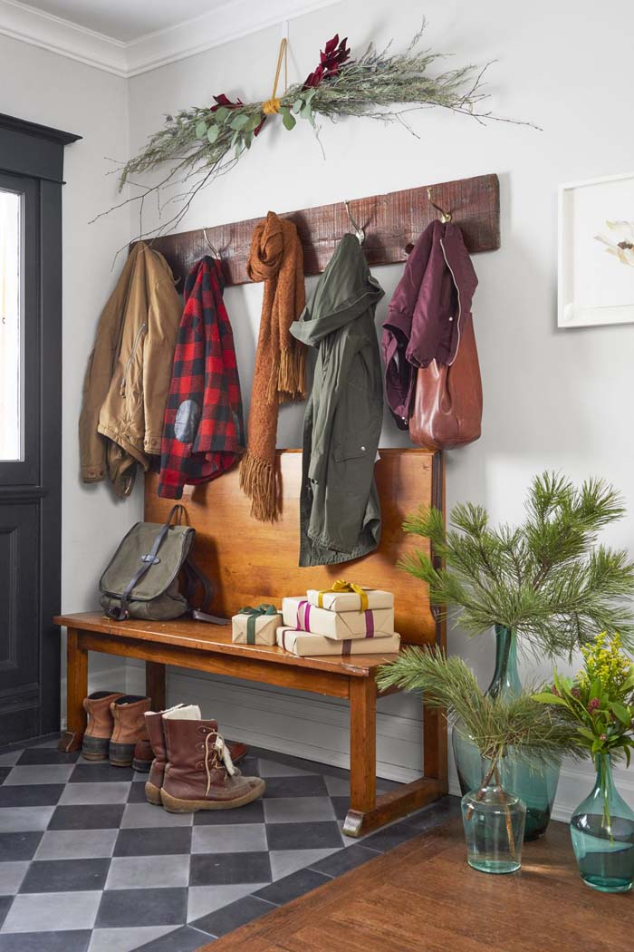 Spruce Up the Entry #Christmas #style #decorhomeideas