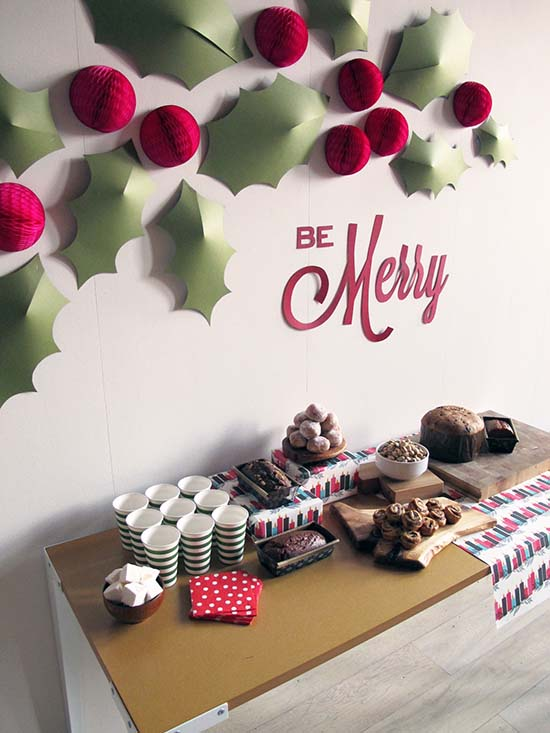 Wall of Holly #Christmas #indoordecorations #decorhomeideas