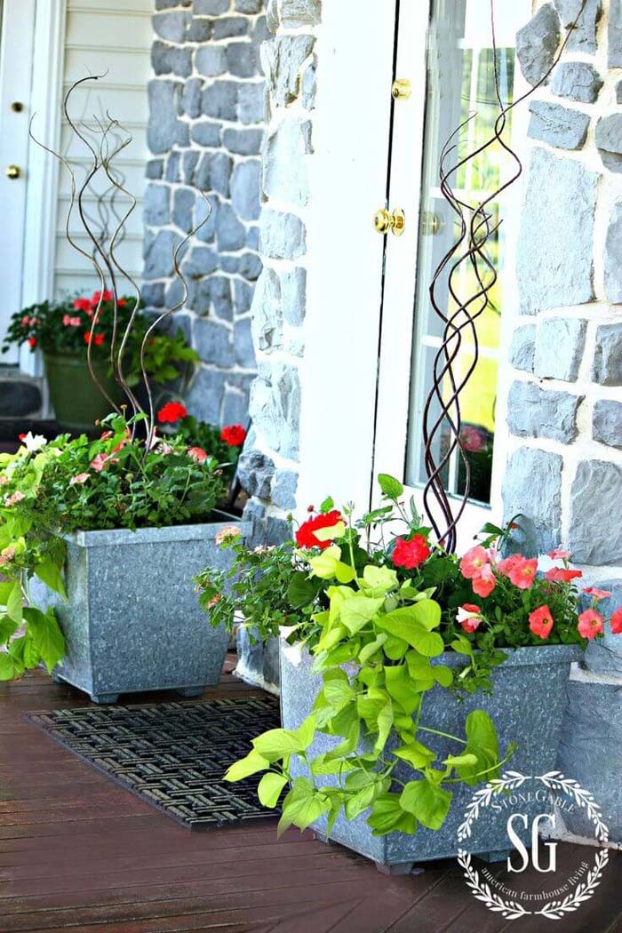 Bright Spring Planters with Curly Branches #spring #frontporch #decor #decorhomeideas