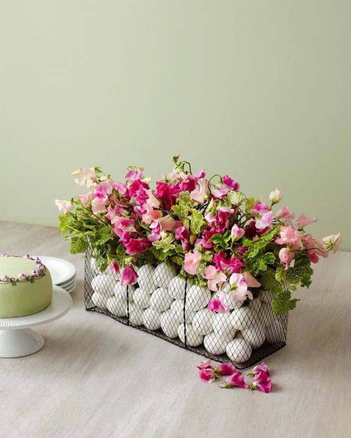 Create a Centerpiece with Flowers and Eggs #spring #decor #decorhomeideas