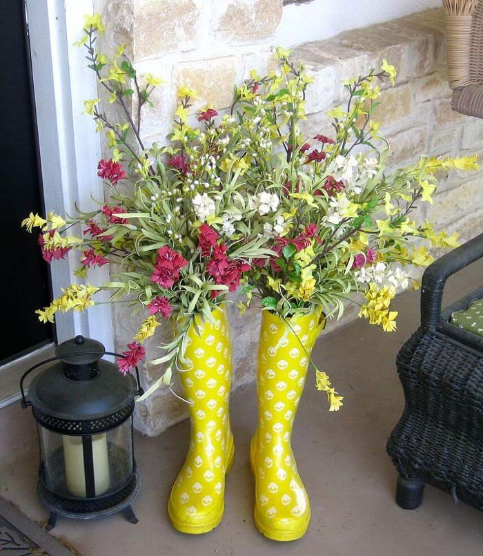 Cute Upcycled Rain Boot Planters #spring #frontporch #decor #decorhomeideas