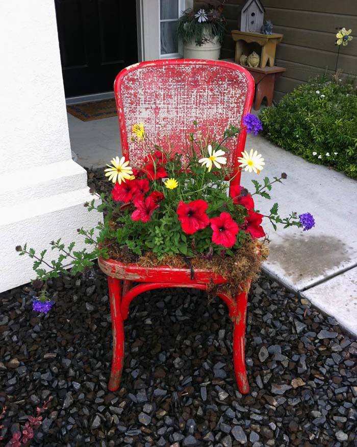Easy DIY Upcycled Chair Planter #spring #frontporch #decor #decorhomeideas
