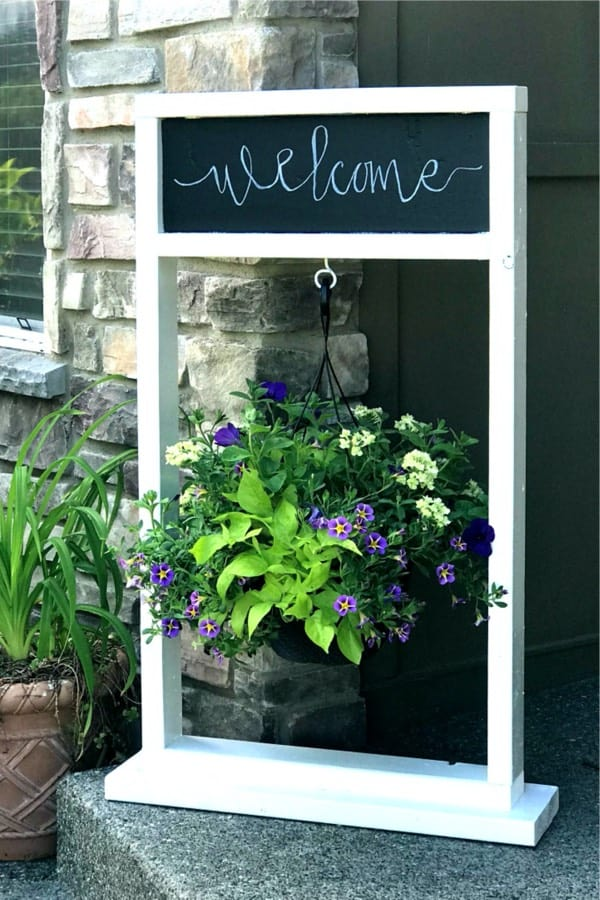 Painted Wooden Hanging Plant Stand With Chalkboard #diy #plantstand #decorhomeideas