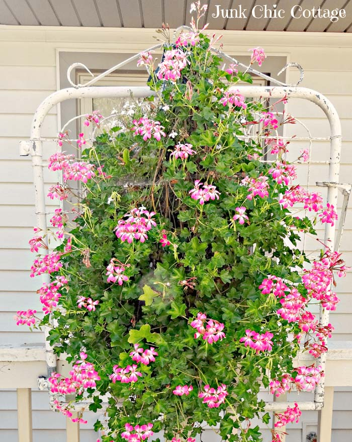 Upcycled Metal Gate for Hanging Flowers #spring #garden #decorhomeideas
