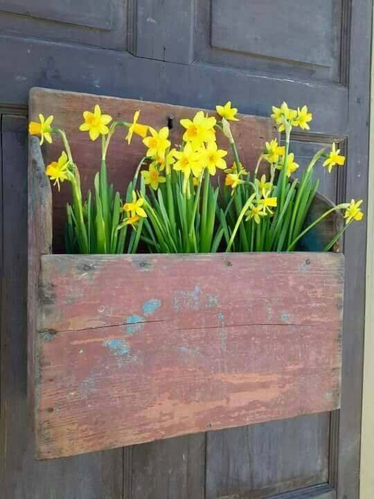 Distressed Wooden Door Hanger With Daffodils #rustic #springdecor #porch #decorhomeideas