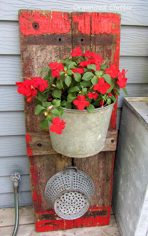 Distressed Wooden Panel With Galvanized Metal Planter #rustic #springdecor #porch #decorhomeideas