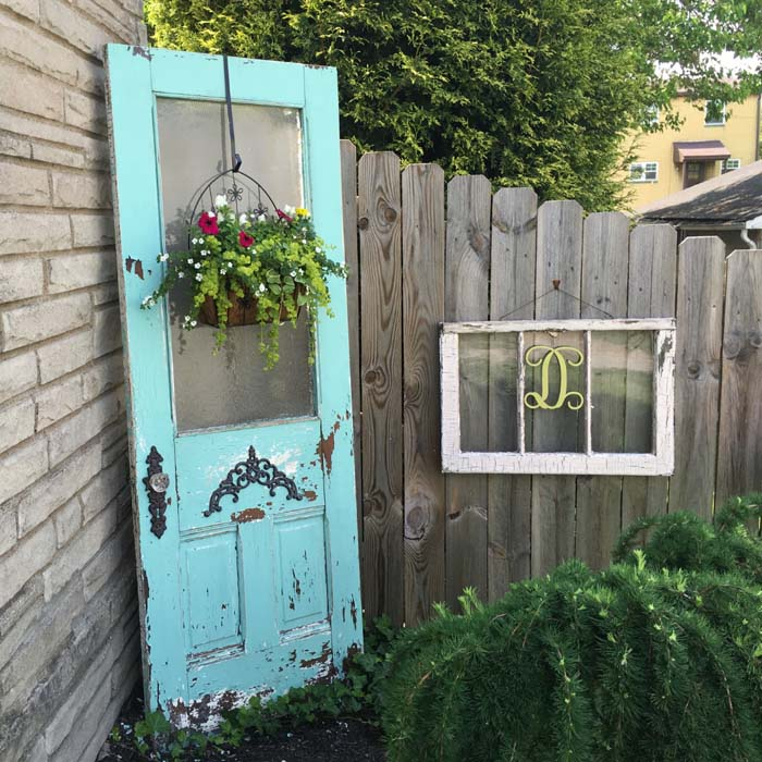 DIY Outdoor Spring Decor Old Window #outdoor #springdecor #decorhomeideas