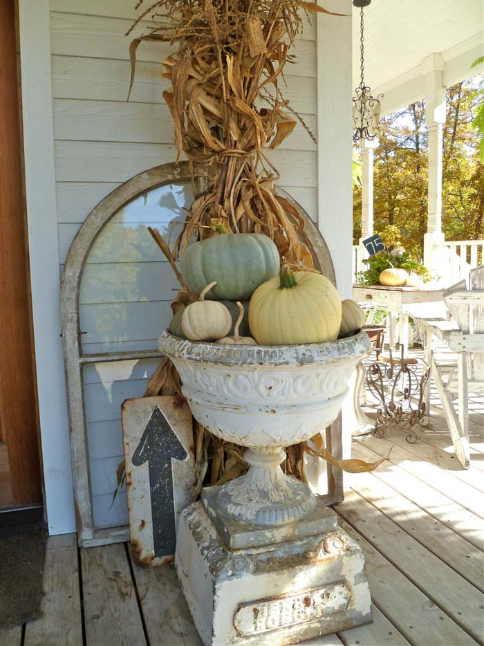 Stunning Fall Urn & Found Sign Decorations #rustic #porch #vintage #decorhomeideas