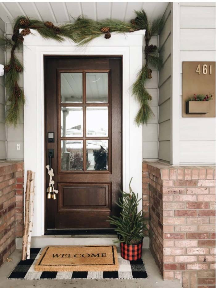 Brown Front Door With Thick Foliage #farmhouse #frontdoor #decorhomeideas
