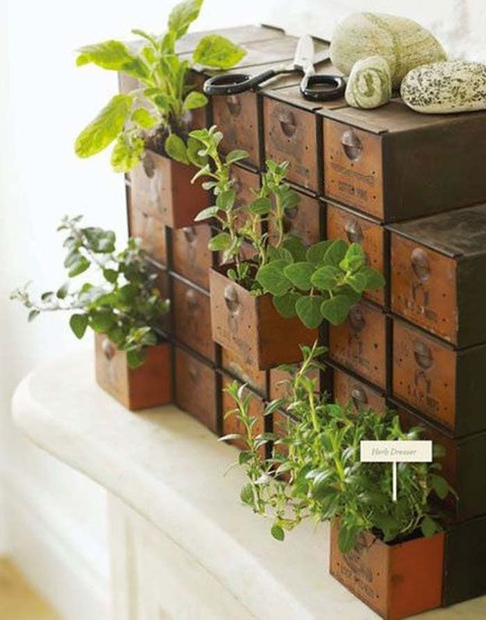 Incorporating Found Objects Into Vertical Garden Decor #verticalgarden #garden #decorhomeideas