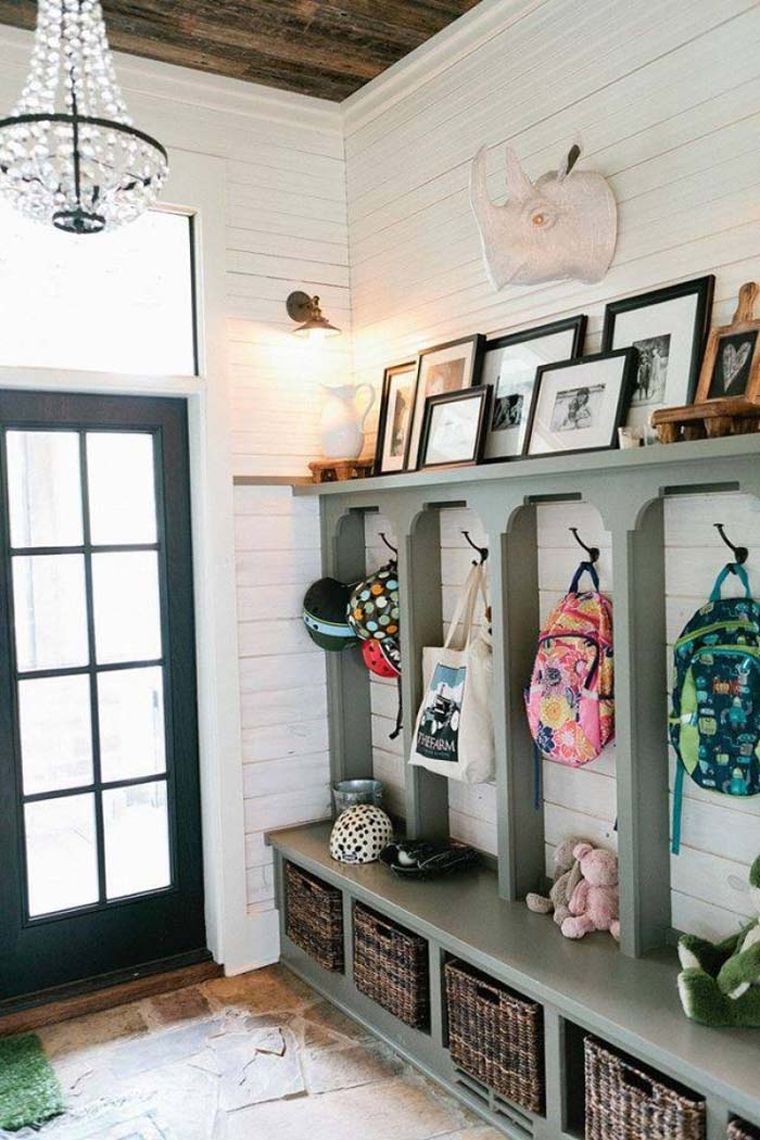 Simple Hooks and Baskets Make for Great Rustic Entryway Decorating Ideas #rusticentryway #farmhouse #decor #decorhomeideas