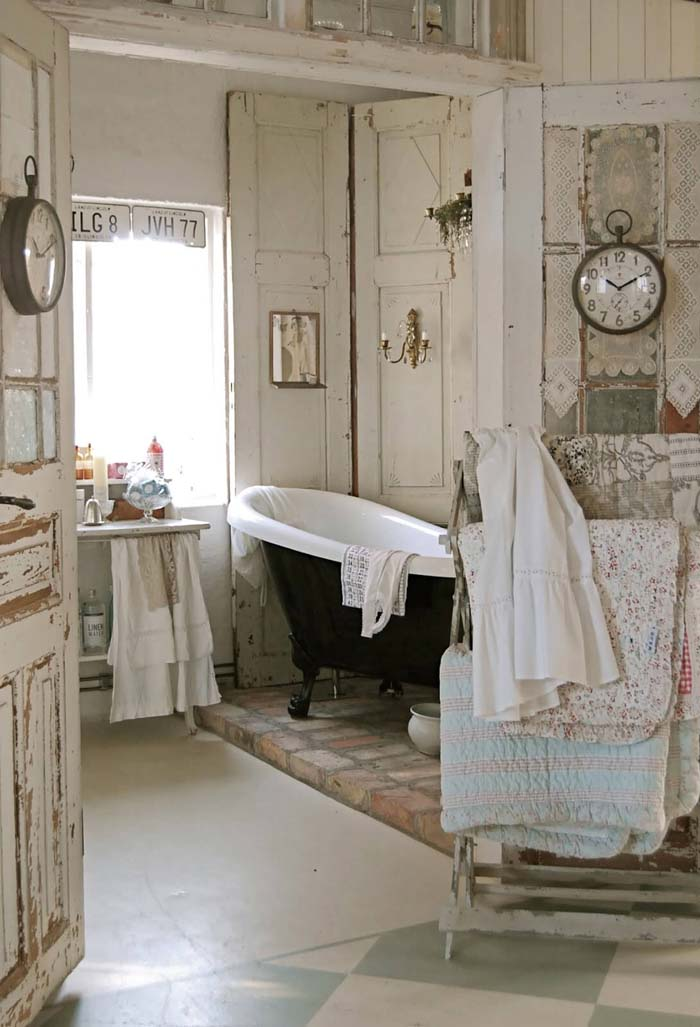 Vintage Bathroom with Quilt Rack #shabbychic #bathroom #decorhomeideas