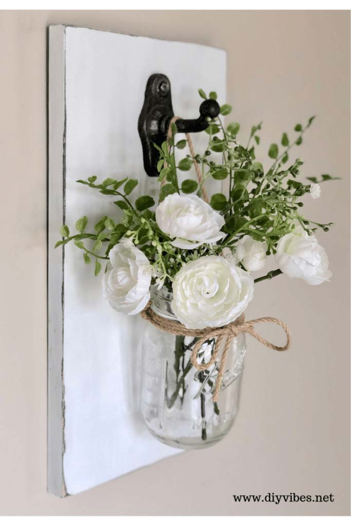 Wooden Plaque with Ball Jar Vase #floral #homedecor #decorhomeideas