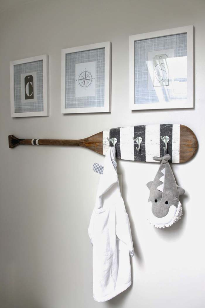 A Clever Way to Decorate with Paddles #nauticalbathroom #bathdecor #decorhomeideas
