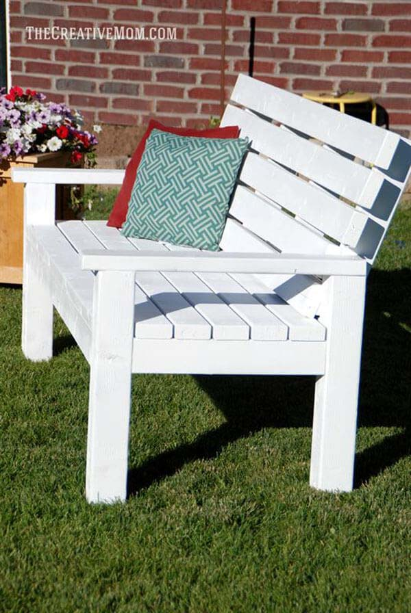 By-The-Seaside Cottage Bench #diy #outdoorbench #decorhomeideas