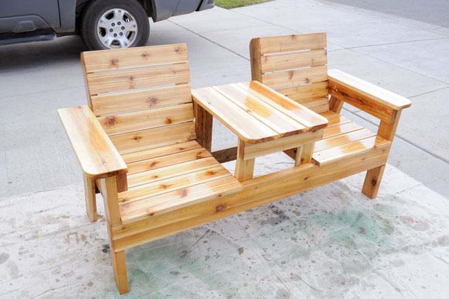 Cabin Style Double Chair Bench with Built-In Shared Table #diy #outdoorbench #decorhomeideas