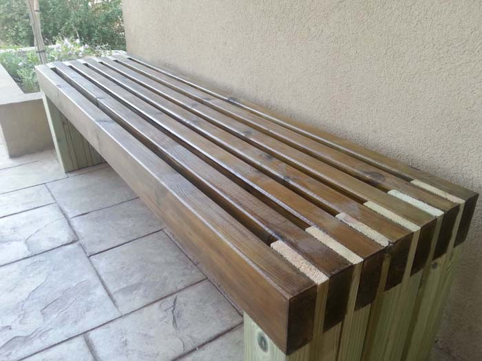 Sitting-In-The-Park Style Bench #diy #outdoorbench #decorhomeideas