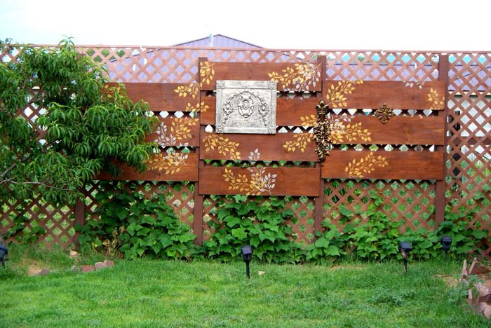 A Privacy Wall Doesn't Have To Be Boring Anymore #privacyfence #diy #fencingideas #decorhomeideas